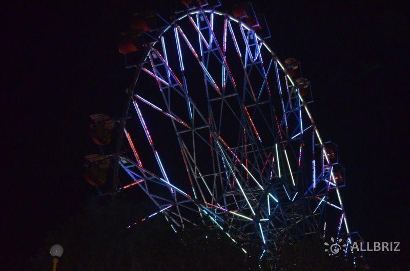 Ночная иллюминация колеса обозрения