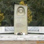 Памятник в Лазаревском парке в честь 50-летия победы