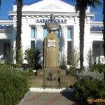Памятник на Лазаревском вокзале адмиралу Лазареву