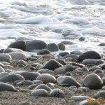 Камни с песком на пляже