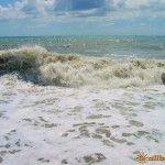 Штормит море