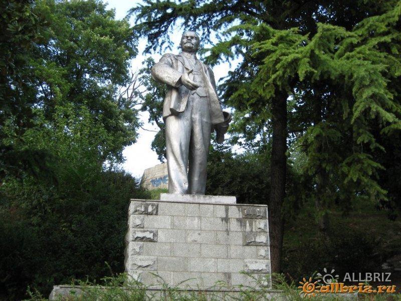 Памятник Ленину около церкви