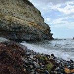 Пляж в Дюрсо у скал