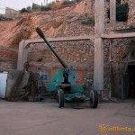 Пушка у выхода из подземной базы подводных кораблей