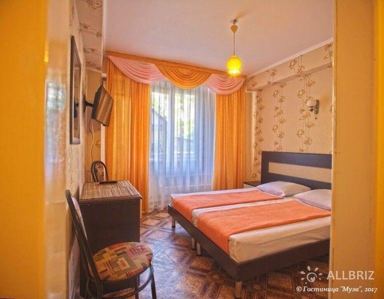 1 комнатный 2х местный стандарт без балкона - комната с двуспальной кроватью, телевизором и столом