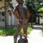 Скульптура «Мальчик с гирей»