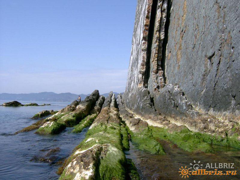 У подножья скалы