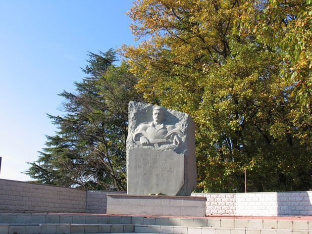 Памятник в Лазаревском в память павшим воинам