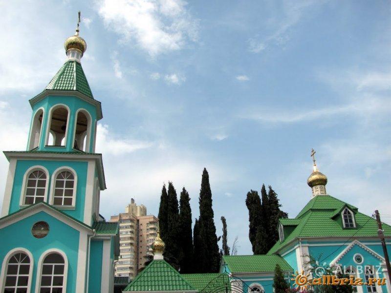 Вид на колокольню храма
