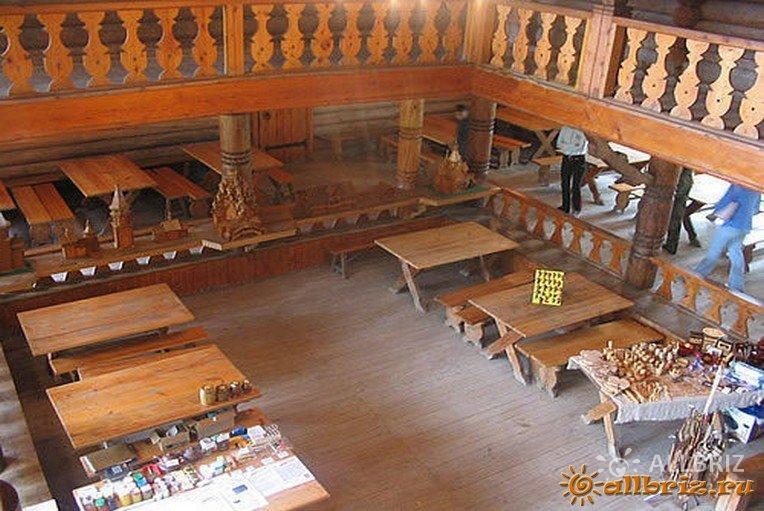 Внутри чайного домика