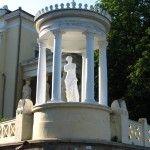 Статуя Венеры Милосской на набережной Феодосии