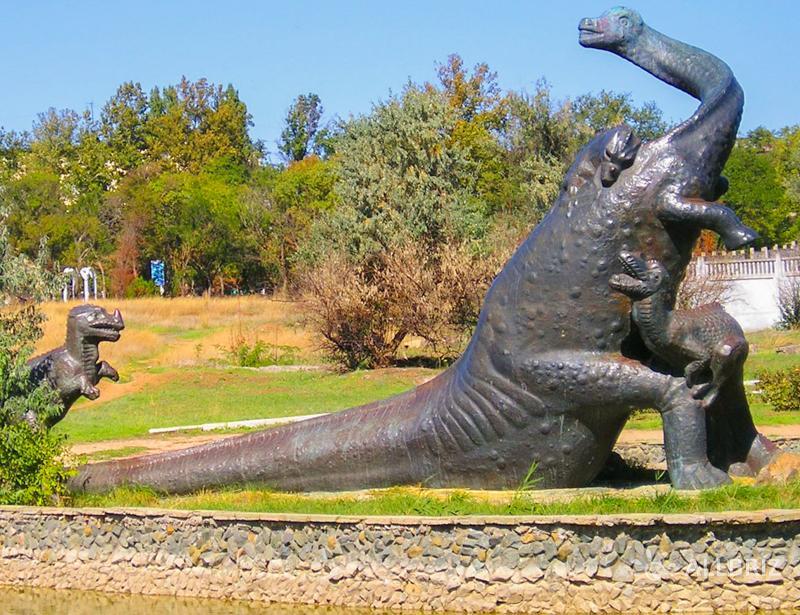 Фигура бронтозавра отражающая атаку рапторов