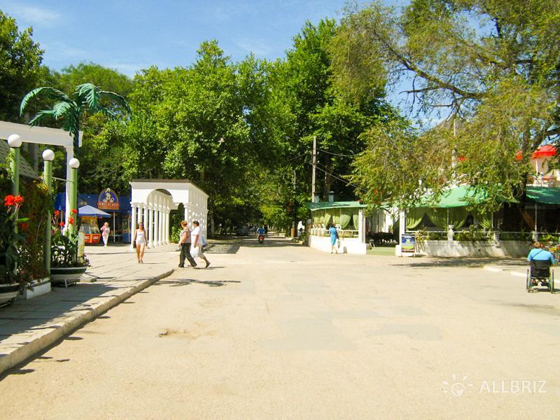 Улица Курортная рядом с Сакским парком