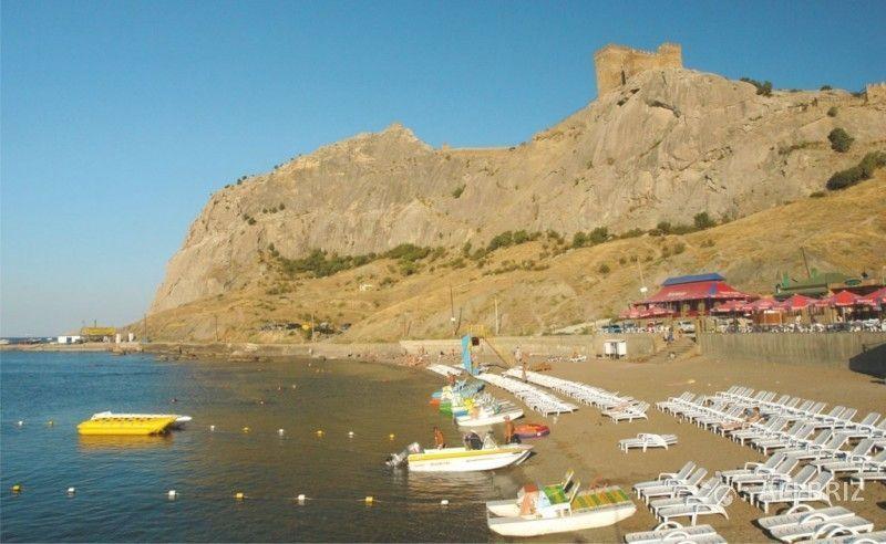 Вид с пляжа на гору Крепостная и Генуэзскую крепость