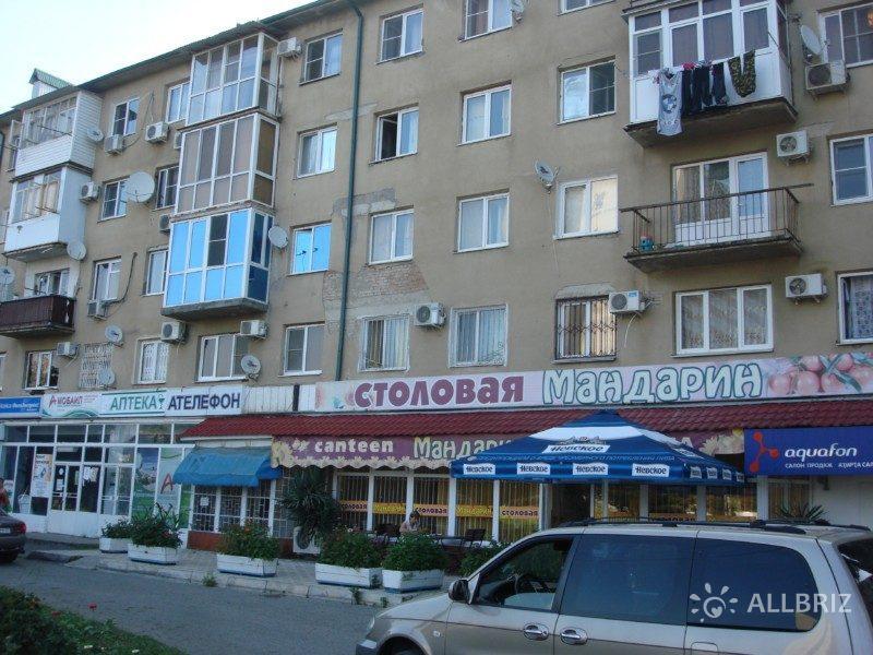 "На превом этаже дома столовая ""Мандарин"", аптека, кулинария"
