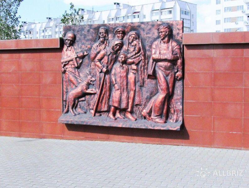 Стена памяти с бронзовым барельефом