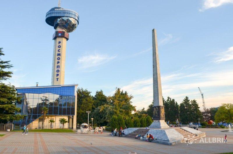 Обелиск «Борцам за власть Советов» и башня морского порта Туапсе