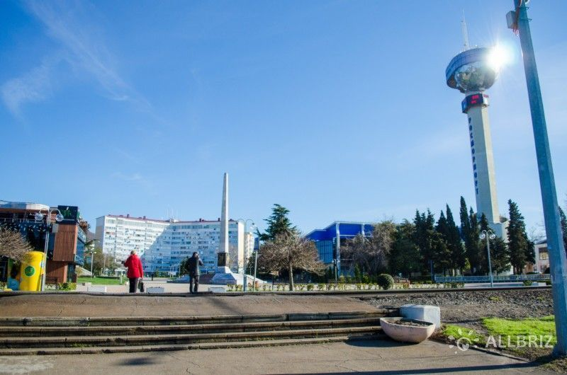 Вид с набережной на Площадь Октябрьской революции