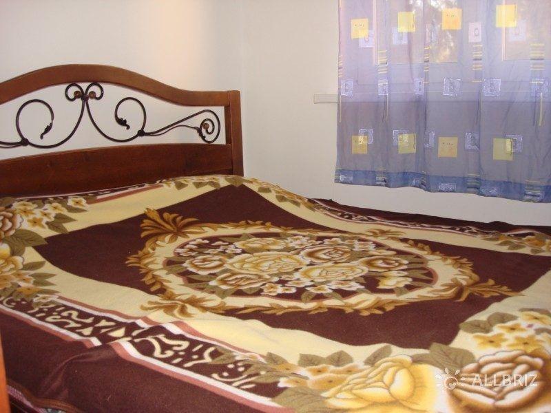 Двуспальная кровать в изолированной комнате