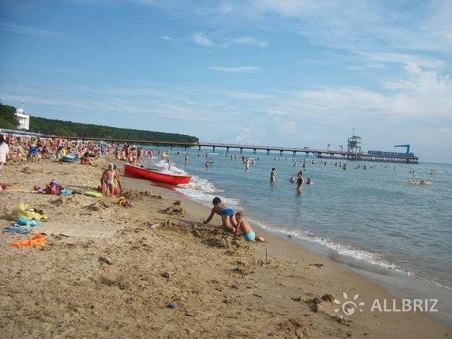 Песчаный пляж ВДЦ «Орленок» считается лучшими и самым чистым на всем побережье