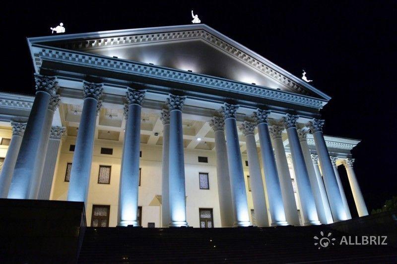 Колонны зимнего театра