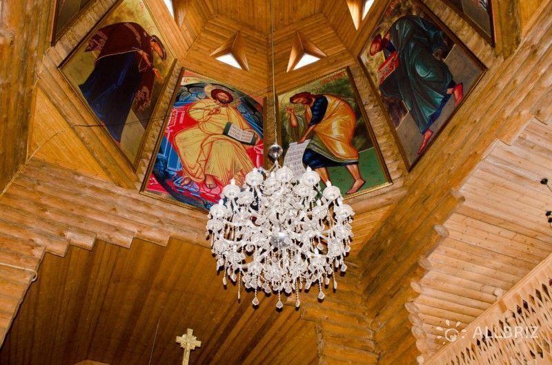 Люстра в храме