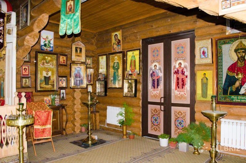 Внутри храма Святых царственных мучеников