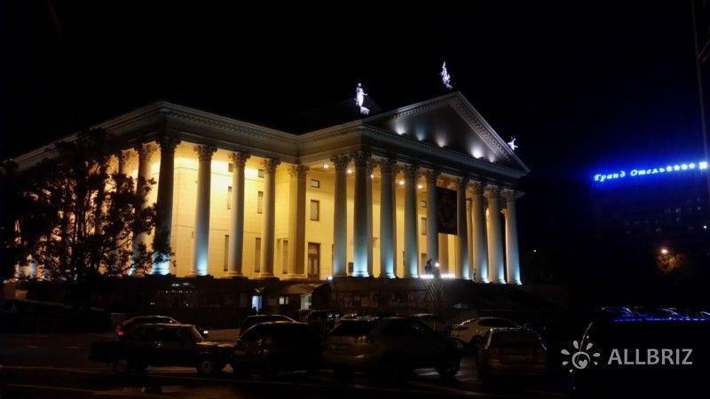 Зимний театр ночью