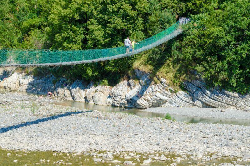 Переходят мост через реку Псезуапсе