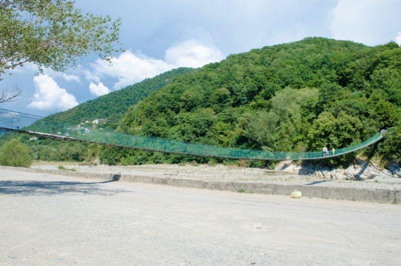 Подвесной мост через реку Псезуапсе в Лазаревском