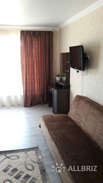 Четырехместный с одной двуспальной кроватью и с одним двухместным диваном