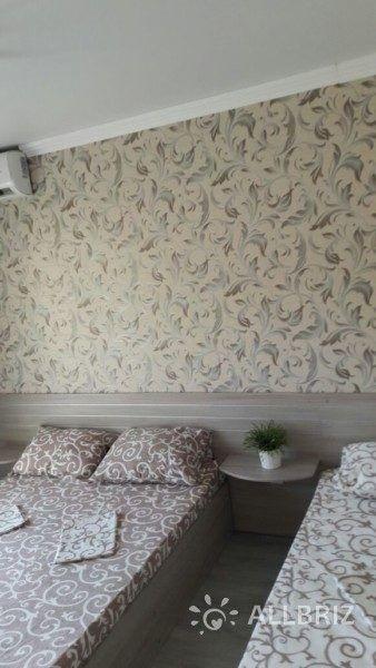 Четырехместный с одной двуспальной кроватью  одной односпальной и с одним двухместным диваном