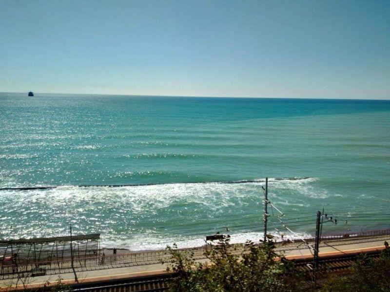 Пляж с защитным волнорезом
