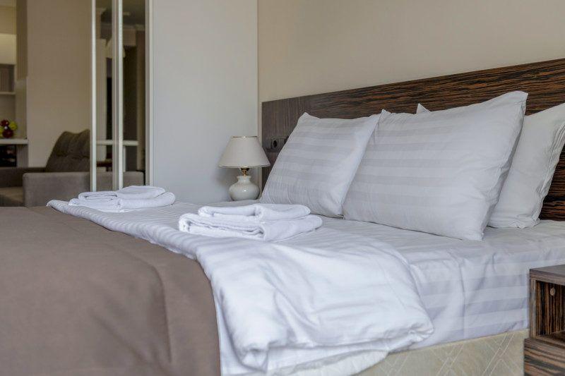 Улучшенные апартаменты с кухней и балконом с видом на море (5-11 этаж) - кровать