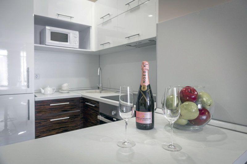 Улучшенные апартаменты с кухней и балконом с видом на море (5-11 этаж) - кухня