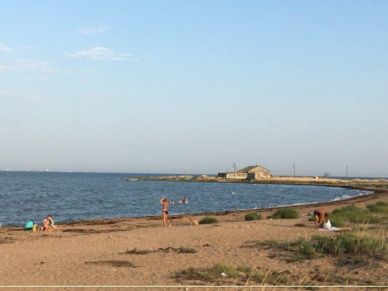 Деревенский пляж даже в разгар сезона малолюден.