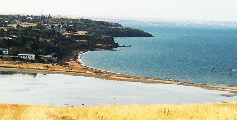 Вид на деревенский пляж с вершины холма.