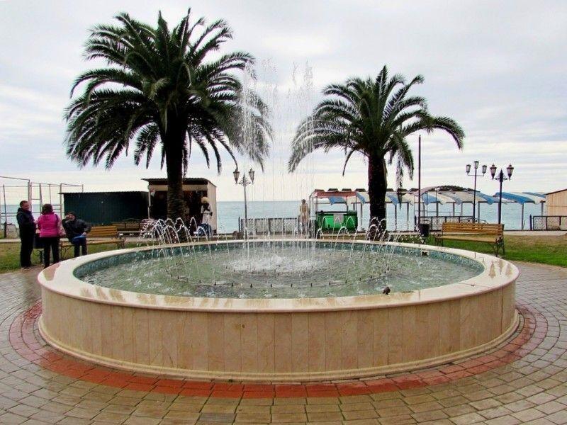Фонтан на набережной Гагры