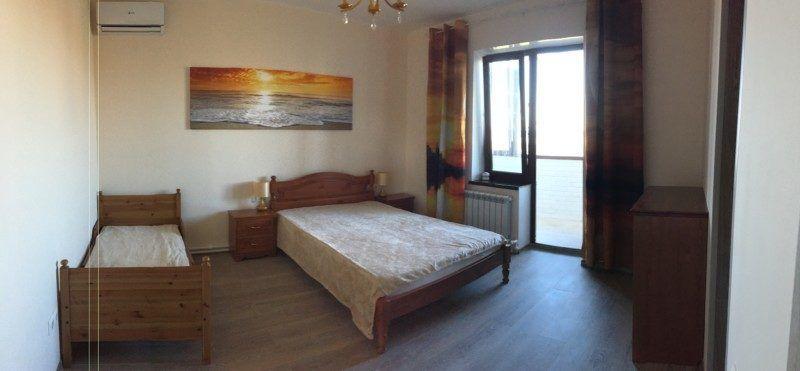 Эта комната называется Рассвет. Балкон с видом на море, просторный санузел с душем, кондиционер.