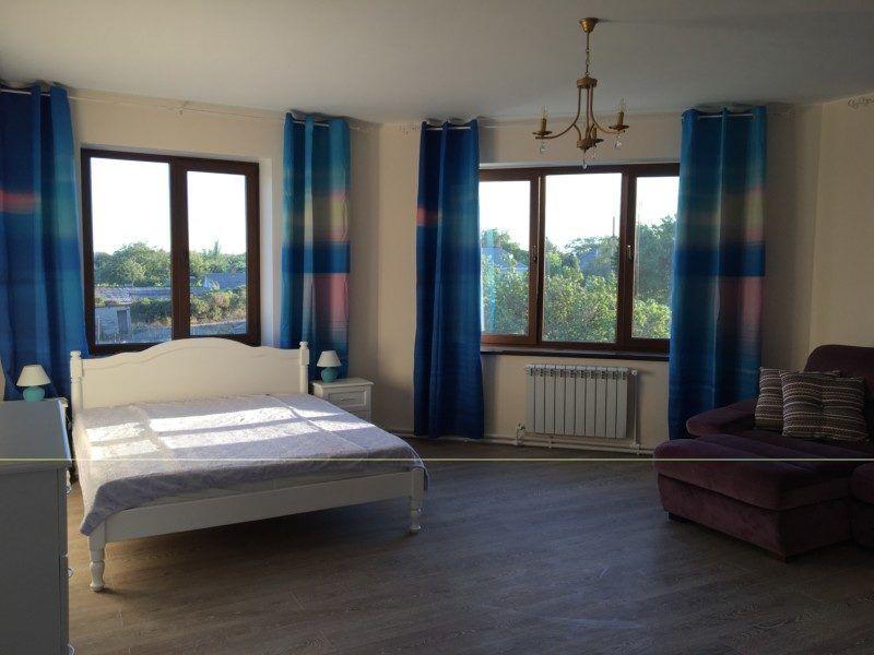 Эта эркерная комната с тремя большими окнами с видом во двор называется Море. Просторный санузел с душем, большой балкон, кондиционер.