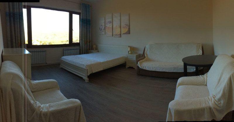 Просторная комнатв с панорамным окном с видом на море называется Жемчуг. Это действительно жемчужина нашего гостевого дома. Просторный санузел с окном, кондиционер.