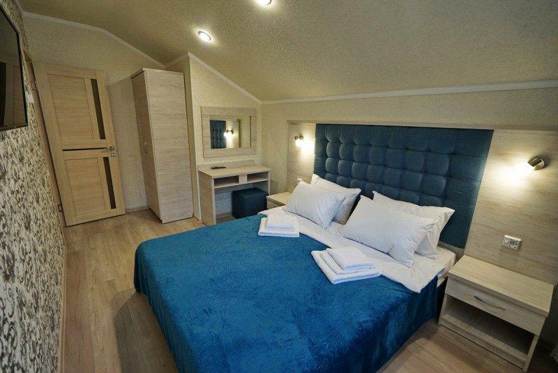 Коттедж 1 - Спальня на втором этаже с двуспальной кроватью
