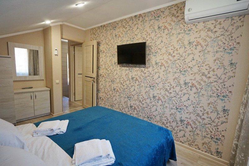 Коттедж 4 - Спальня на втором этаже с двуспальной кроватью