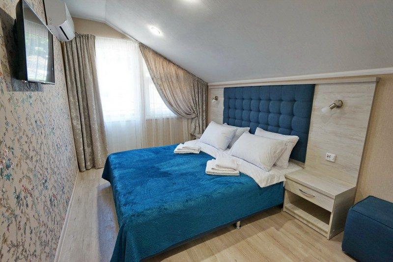 Коттедж 2 - Спальня на втором этаже с двуспальной кроватью