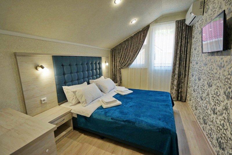 Коттедж 3 - Двуспальная кровать в спальне на втором этаже